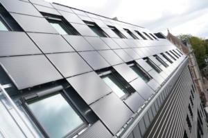 567 panneaux photovoltaïques ont été installés sur le Rizomm, soit 1200m2 pour une puissance crètede 185 kWc
