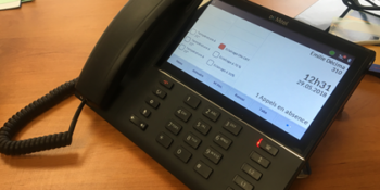 A partir d'un téléphone Mitel classique, les locataires peuvent gérer l'éclairage de leur bureau grâce à trois boutons: allumer/éteindre ou bien en variant la luminosité à 70% ou 30%. Et aussi choisir la température des locauxvia trois choix: 21°C, 22°c ou 23°C.