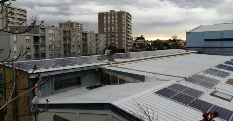 Des bâtiments anciens collés les uns aux autres, en zone urbanisée… En dépit d'une configuration peu favorable, Inelia a installé une centrale photovoltaïque fournissant plus de 20% de la consommation électrique des locaux.